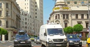 Spitsuur op Victory Avenue (Calea Victoriei) de stad in van de Stad van Boekarest stock footage