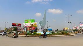 Spitsuurverkeer in Chan Da Qila vierkante Gujranwala stock foto
