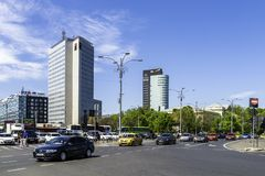 Spitsuurverkeer op Victory Square In Downtown Bucharest stock fotografie