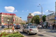 Spitsuurverkeer in Roman Square Van de binnenstad (Piata Romana) van Boekarest Royalty-vrije Stock Afbeelding