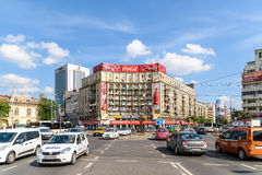 Spitsuurverkeer in Roman Square Van de binnenstad (Piata Romana) van Boekarest stock foto