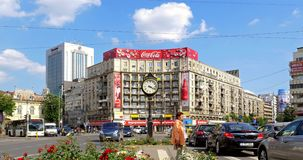 Spitsuurverkeer in Roman Square Van de binnenstad (Piata Romana) van de Stad van Boekarest stock videobeelden