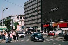 Spitsuurverkeer in Union Square Piata Unirii In Bucharest Stock Afbeeldingen