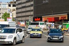 Spitsuurverkeer in Union Square Piata Unirii In Bucharest Stock Foto