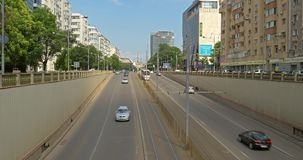 Spitsuurverkeer in Victory Passage Way In Bucharest stock video