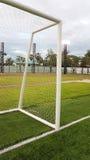 Spitze der Dreieckecke des Fußballziels auf grünem Rasen Lizenzfreie Stockbilder