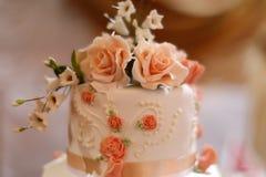 Spitze der geschmackvollen Hochzeitstorte Stockbild