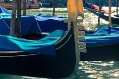 Spitze der Gondel in einem Wasserkanal in Venedig Stockbild