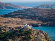 Spitze der griechischen Kirche auf einem Hügel, nahe Ozean Stockbilder