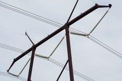 Spitze der Stromleitung Turm mit neun Kabeln lizenzfreie stockfotos