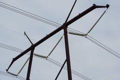 Spitze der Stromleitung Turm mit neun Kabeln stockbilder