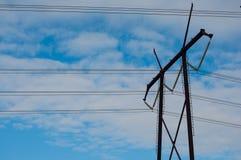 Spitze der Stromleitung Turm mit zwölf Kabeln stockbild