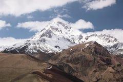 Spitze des Bergs Kazbek im sonnigen Wetter stockbild