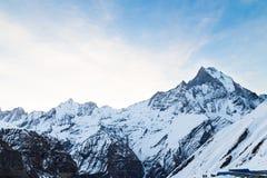 Spitze des Bergs Machapuchare oder populär gewusst wie Fisch-Endstück mit dem niedrigen Lager Annapurna unten Lizenzfreies Stockbild