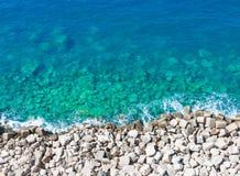 Spitze des durchsichtigen Wassers der Ansicht auf Kiesstrand Stockbilder