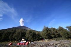 Spitze des Eruptionsberges stockfoto