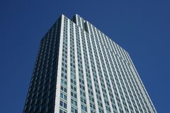 Spitze des grauen Bürogebäudes lizenzfreie stockfotos