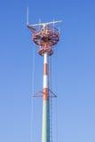 Spitze des hohen Antennenmasts Stockbild