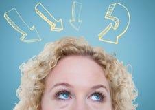 Spitze des Kopfes der Frau gelbe Pfeile betrachtend gegen blauen Hintergrund Lizenzfreie Stockfotos