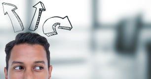 Spitze des Männerkopfs und der aufwärts Pfeile gegen undeutliches graues Büro Stockbilder