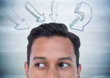 Spitze des Männerkopfs und der Pfeile gegen undeutliche Purpleheartplatte Lizenzfreie Stockfotografie