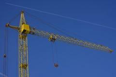 Spitze des Turmkrans gegen Hintergrund des blauen Himmels Lizenzfreies Stockfoto