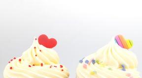 Spitze des Valentinsgrußherzens des kleinen Kuchens auf Weiß Lizenzfreies Stockfoto