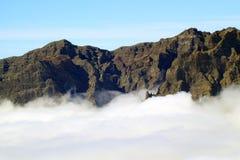 Spitze des Vulkans in den Wolken Stockfoto