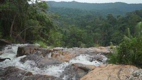 Spitze des Wasserfalls und Dschungel schikanieren, Zeitlupevideo stock video footage