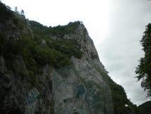Spitze eines Berges mit einer Gebirgsanlage lizenzfreie stockfotografie