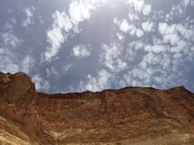 Spitze eines Berges und des sonnigen Himmels lizenzfreie stockbilder