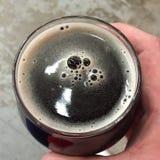 Spitze eines dunklen Bieres Stockfotografie