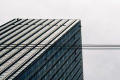 Spitze eines Gebäudes mit klarem Himmel lizenzfreie stockbilder