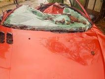 Spitze eines zerstörten Autos nach einem Sturm Stockbilder