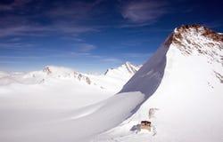 Spitze gegen blauen Himmel in den Schweizer Alpen. Lizenzfreie Stockbilder