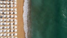 Spitze hinunter Ansicht des Strandes mit weißen Regenschirmen Goldene Sande, Varna, Bulgarien lizenzfreies stockfoto