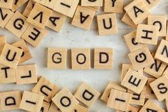 Spitze hinunter Ansicht, Stapel von quadratischen Holzklötzen mit Buchstaben GOTT auf weißem Brett lizenzfreies stockbild