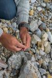 Spitze hinunter die Ansicht der Mannhand Mineralien erforschend Geologische Besetzung in der Natur lizenzfreie stockbilder