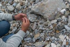 Spitze hinunter die Ansicht der Mannhand Mineralien erforschend Geologische Besetzung in der Natur lizenzfreie stockfotos