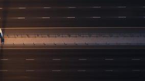 Spitze hinunter Vogelperspektive des starken Verkehrs auf Autobahn nachts stock video footage