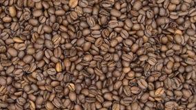 Spitze 4k der Ansicht der Beschaffenheit von den fallenden Röstkaffee-Bohnen und sich drehen stock footage