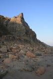 Spitze Klippe auf Rocky Coastal Beach Lizenzfreie Stockbilder