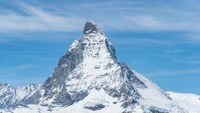 Spitze Snowy Matterhorn mit blauem Himmel und einigen Wolken im Hintergrund, die Schweiz lizenzfreies stockbild