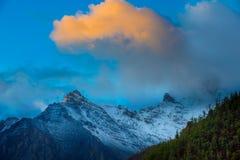 Spitze und Sonnenaufgang am Yading Lizenzfreie Stockfotos