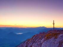 Spitze von Hoher Göll Bügeln Sie Kreuz an der Gebirgsspitze in der Alpe an Grenze Österreichs Deutschland Lizenzfreie Stockbilder