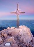 Spitze von Hoher Göll Bügeln Sie Kreuz an der Gebirgsspitze in der Alpe an Grenze Österreichs Deutschland Stockfotos