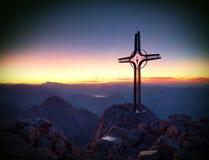 Spitze von Hoher Göll Bügeln Sie Kreuz an der Gebirgsspitze in der Alpe an Grenze Österreichs Deutschland Stockbilder