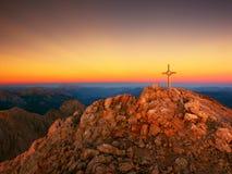 Spitze von Hoher Göll Bügeln Sie Kreuz an der Gebirgsspitze in der Alpe an Grenze Österreichs Deutschland Lizenzfreies Stockbild