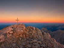 Spitze von Hoher Goell Bügeln Sie Kreuz an der Gebirgsspitze in der Alpe an Grenze Österreichs Deutschland Stockbilder