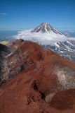 Spitze von Koryaksky-Vulkan gesehen von Avachinksy-Vulkan Stockbilder